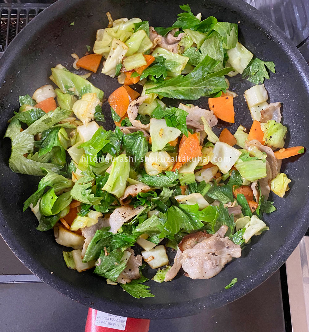 大地を守る会の野菜で料理を作る(肉と野菜を炒める)