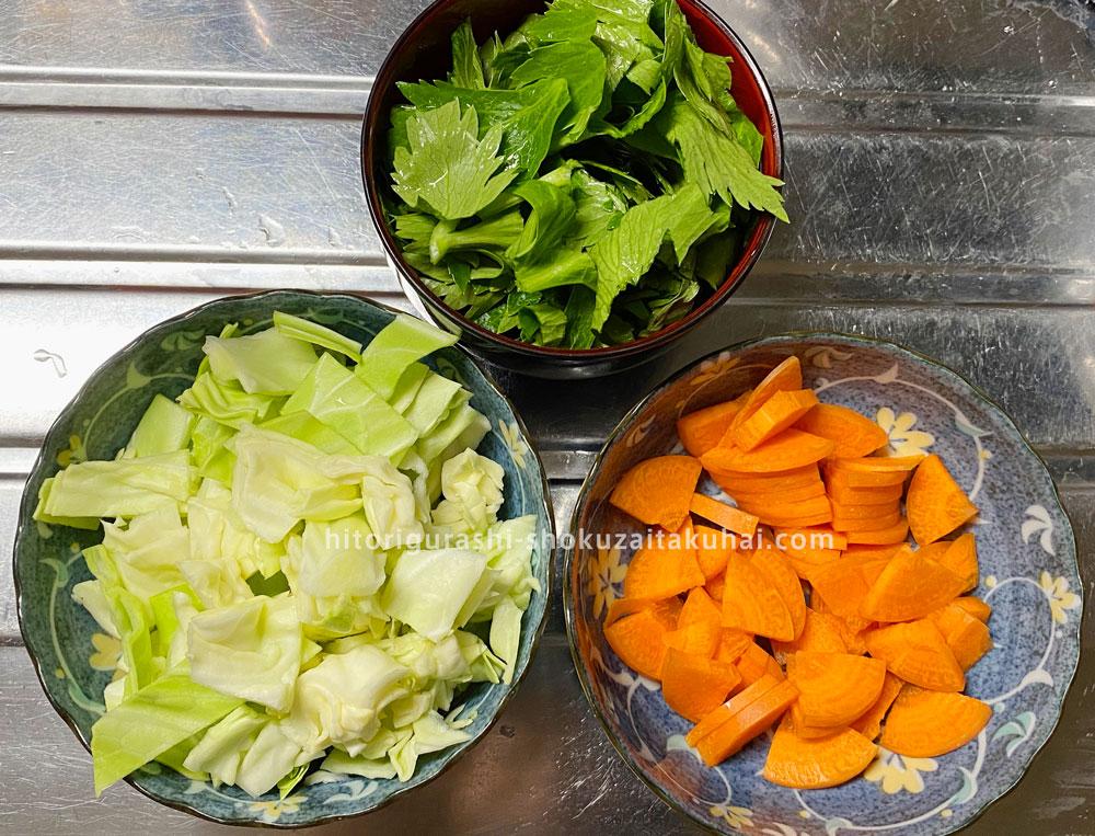 大地を守る会の野菜で料理を作る(野菜を切る)